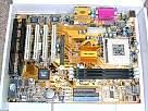 foto de montaje de un pc, primer plano de placa base ATX para el montaje de un PC
