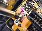 ensamblaje de un pc - foto de instalación de una placa base, tornillo 5