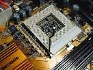 foto de montaje de un pc, abrir conexiones de zócalo o conector de CPU