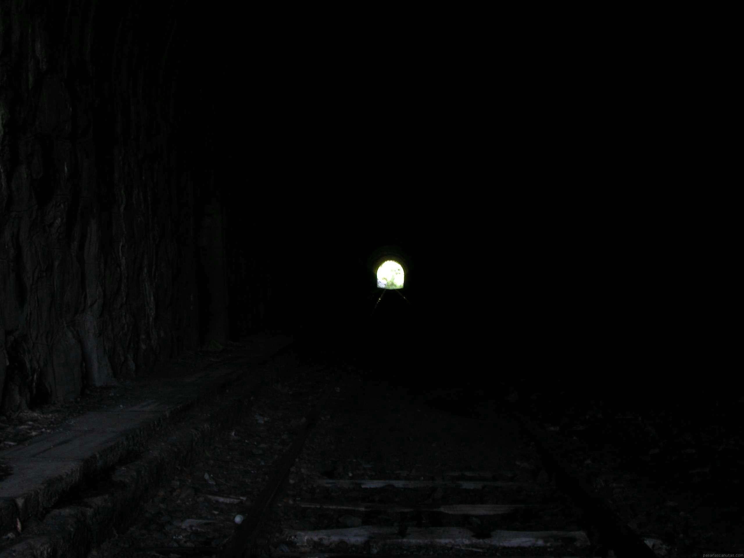 http://www.pasarlascanutas.com/fondos%20de%20pantalla/la_luz_al_final_del_tunel/la_luz_al_final_del_tunel_2560x1920.JPG