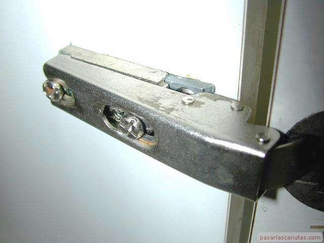 Reparación de una puerta de armario de cocina descolgada